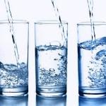 I 10 benefici di bere acqua a digiuno